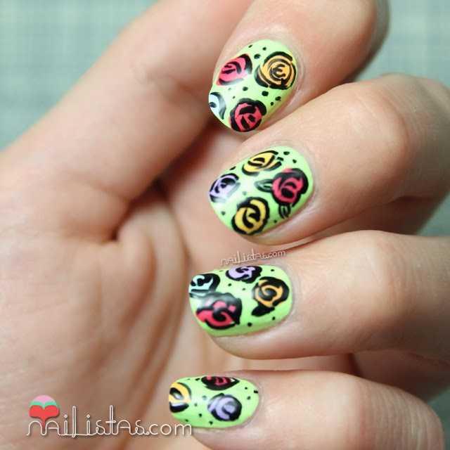 Foto de uñas decoradas con flores