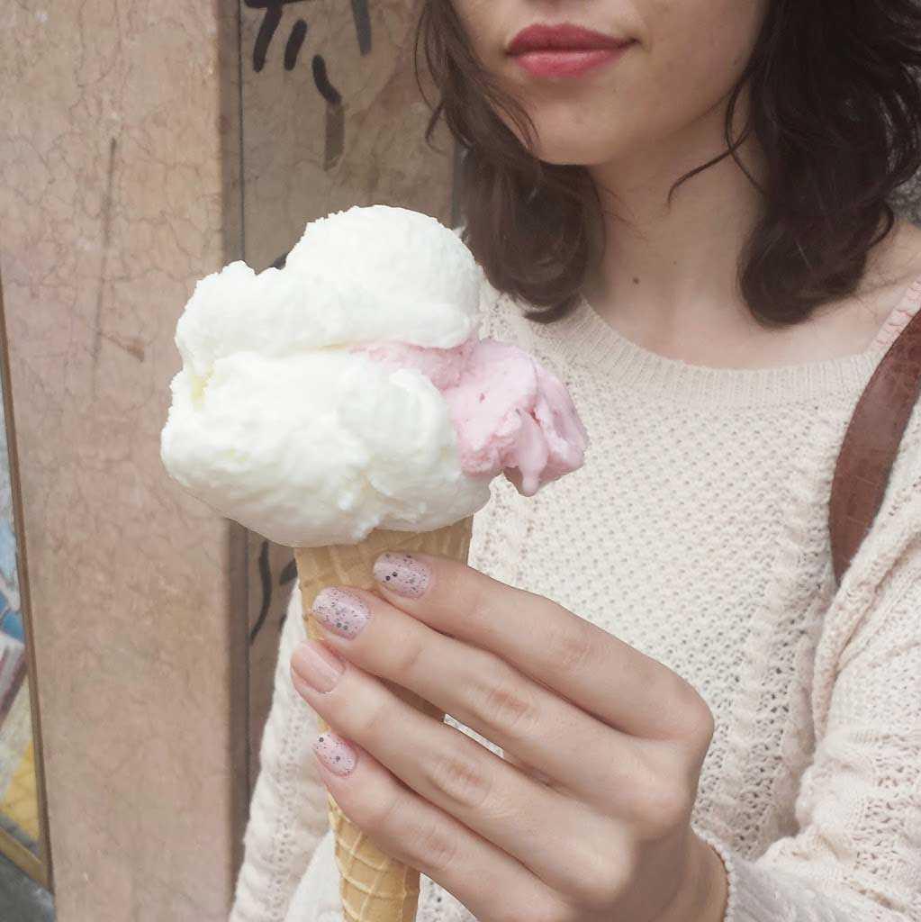 Foto de chica sujetando un helado con las uñas pintadas