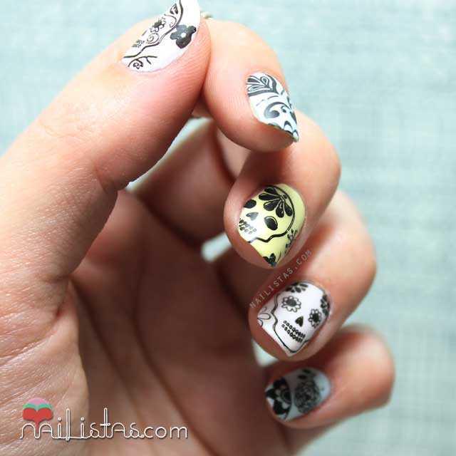 Uñas decoradas con calaveras