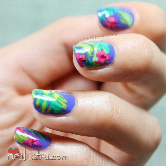Uñas decoradas con flores tropicales