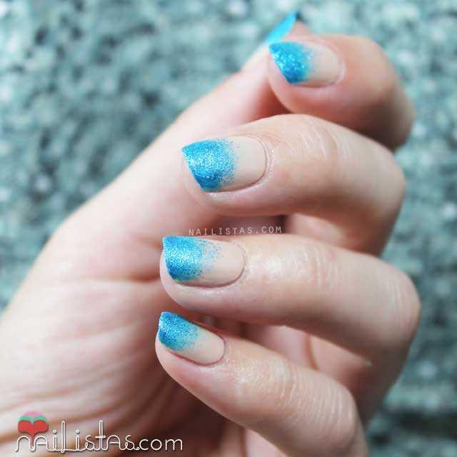 Nail art en las uñas con degradado de esmalte de purpurina