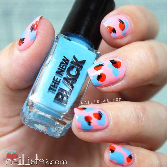 Uñas decoradas con estampado abstracto