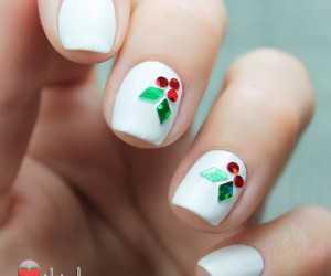 Uñas de navidad decoradas con muérdago acebo