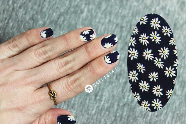 Uñas decorada con estampado de flores de primavera