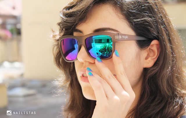 Chica con gafas de sol efecto espejo con degradado