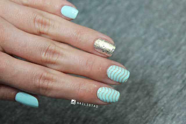 Manicura azul con estampación de uñas Curali