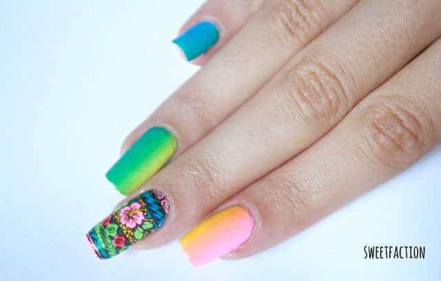 Manicura con diseño de uñas tropical reverse stamping MoYou London