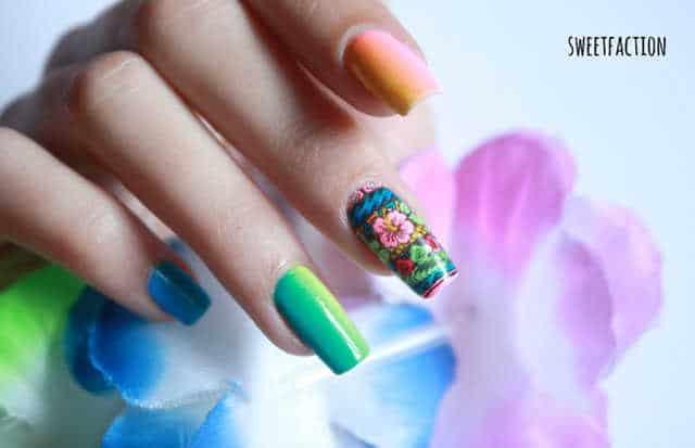 Manicura con diseño de uñas tropical reverse stamping