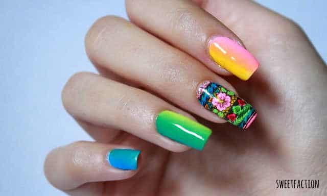 Manicura con diseño de uñas tropical