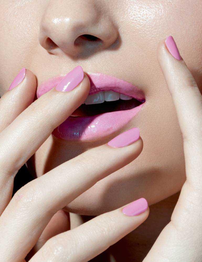 Uñas rosas a juego con los labios