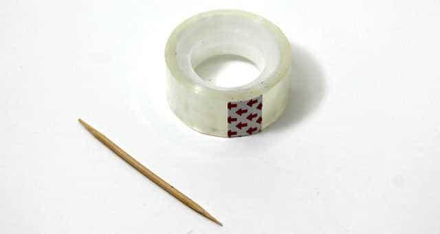 uñas decoradas con cinta adhesiva y un palillo de dientes