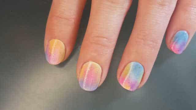 uñas decoradas con colores pastel