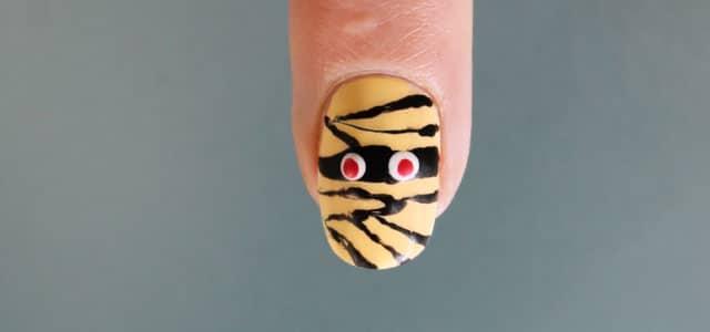 diseño de uñas de halloween momia