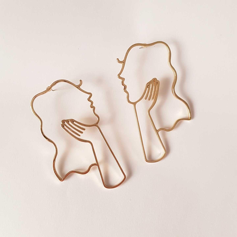 pendientes figura de mujer y mano